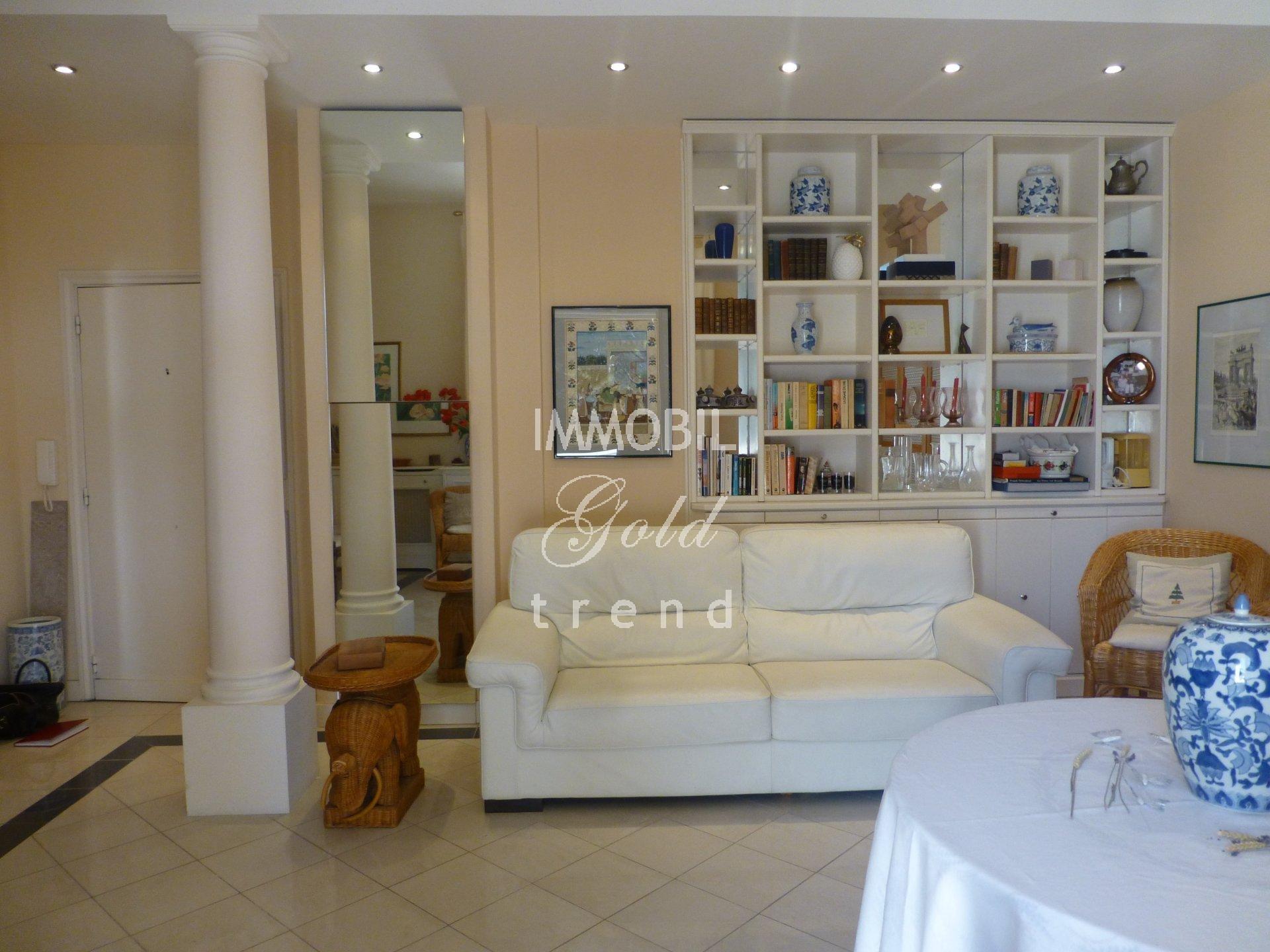 Immobiliare Roquebrune Cap Martin - In vendita, appartamento trilocale situato in uno stabile di prestigio con parco e piscina