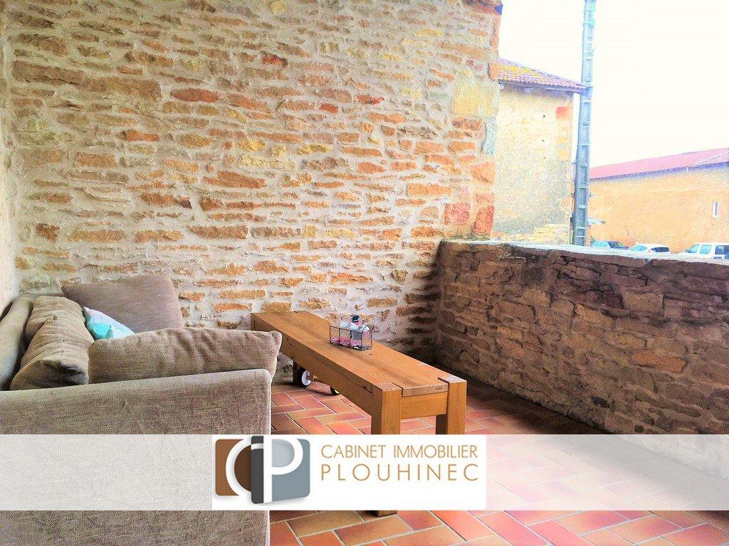 15 mn de Mâcon-centre, maison de charme située à Blany, au calme. Rénovée en 2012, elle dispose en rez de chaussée, d'une chambre avec SDB indépendante, d'un bureau, d'une buanderie et d'un garage.  La partie principale, elle, se compose d'une pièce de vie avec cuisine aménagée, donnant sur une terrasse exposée plein sud, une salle de bain et 2 chambres dont une suite parentale.  Beaucoup d'atouts pour cette maison de village pleine de cachet : une belle terrasse plein sud, un garage, 3 salles d'eau, chaudière à condensation changée en 2012 ...  Produit coup de c?ur !! Honoraires à charge vendeurs.