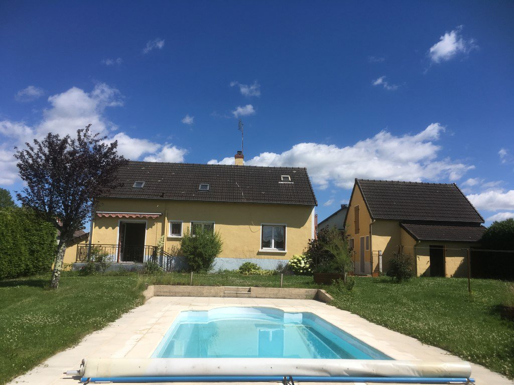 Maison d'habitation avec piscine, garage et chalet en bois