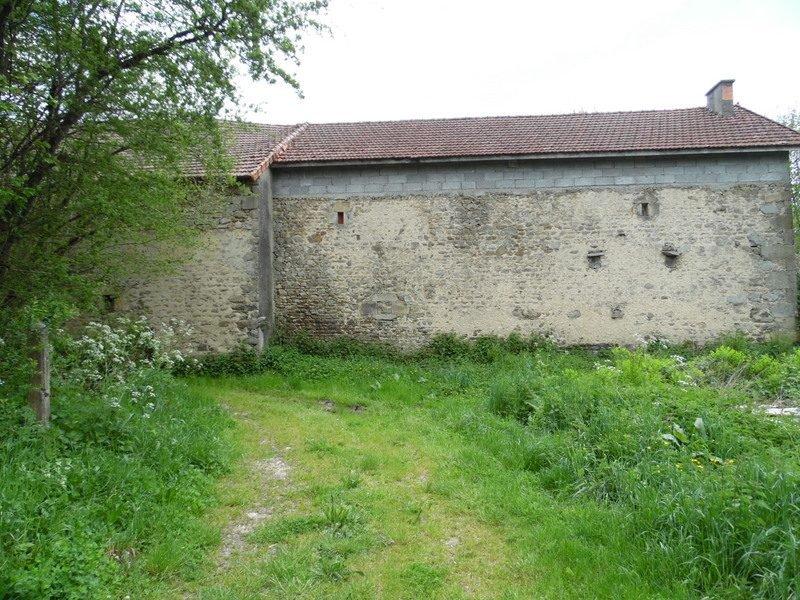 À vendre en Puy de Dôme une longère à rénover avec jardin.