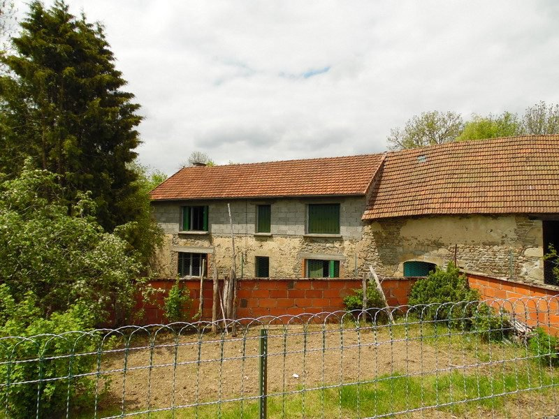 Old farmhouse (longère) for sale in Puy de Dôme with a garden (550m²).