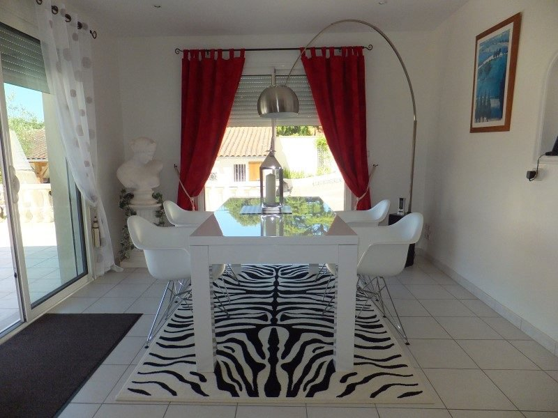 Villa onder architectuur gebouwd met alle moderne snufjes en ...