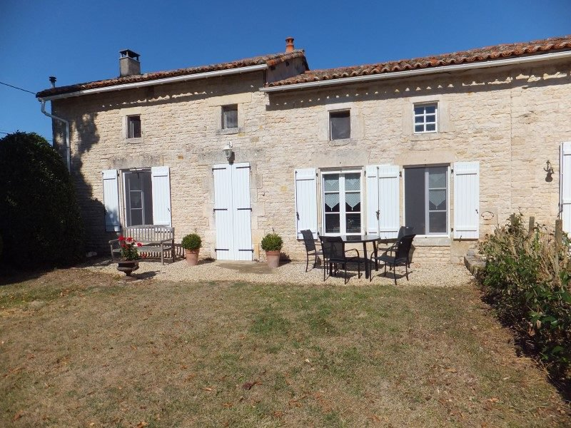 House with guesthouse and large stone barn on 1000 m² of land.