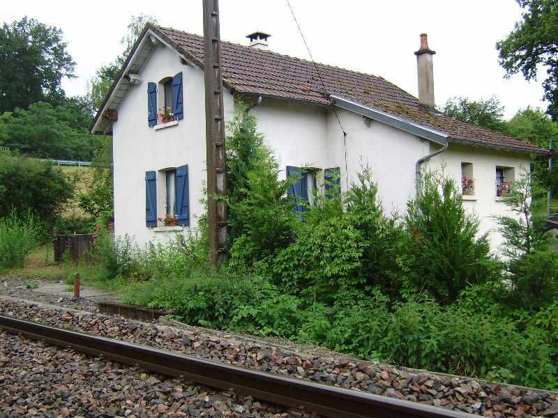 Vrij gelegen spoorwachtershuis te koop in de Bourgogne