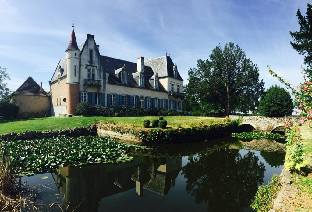 Property with 18h century castle on 10 acres of land