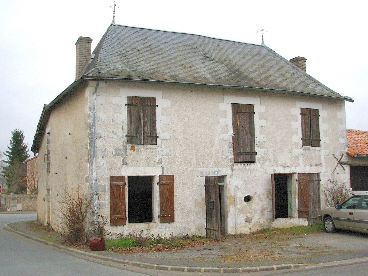 Near Saint Savin (86): village house to restore