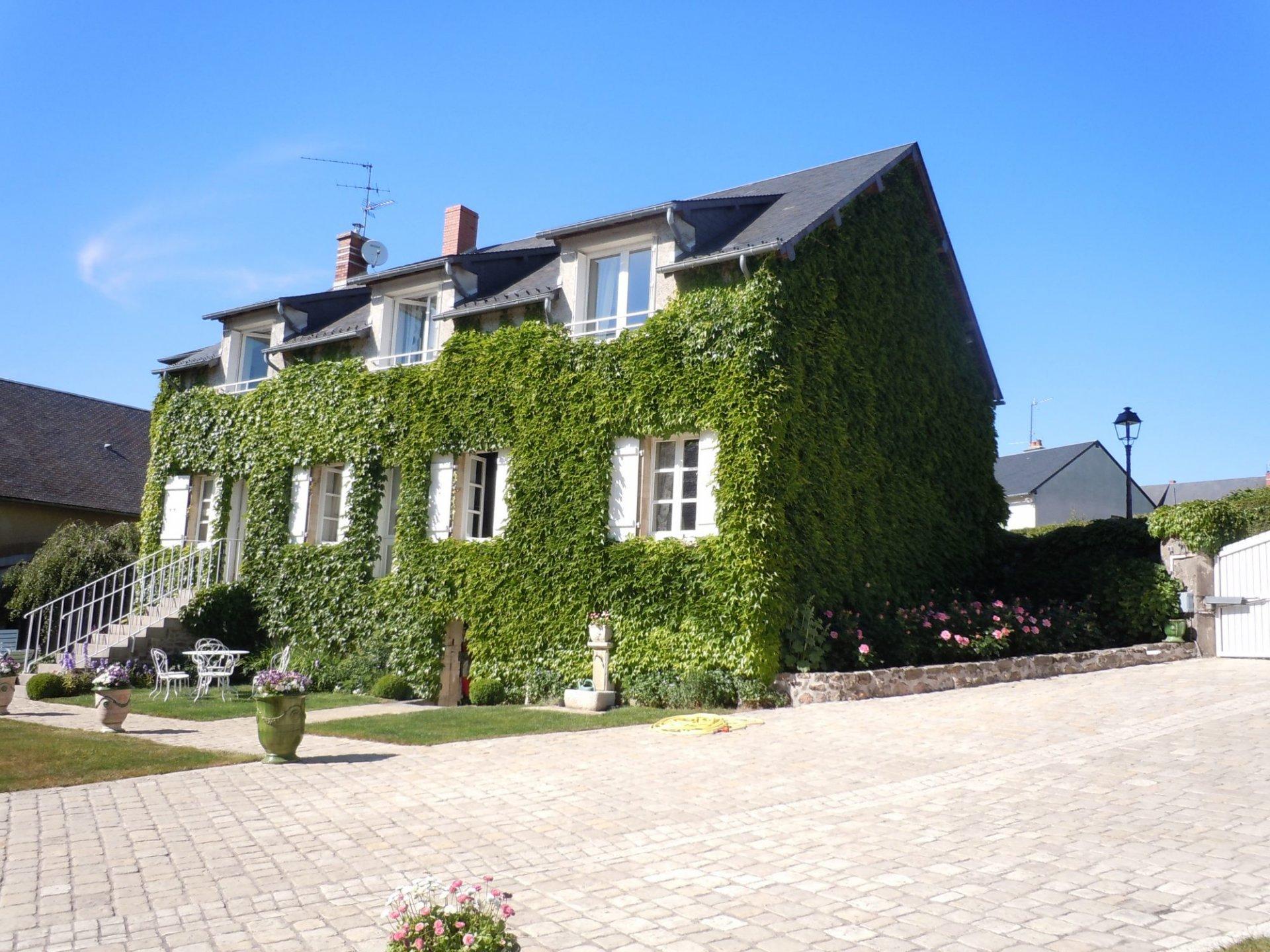 groot en statig woonhuis met enorme schuur chateau chinon. Black Bedroom Furniture Sets. Home Design Ideas