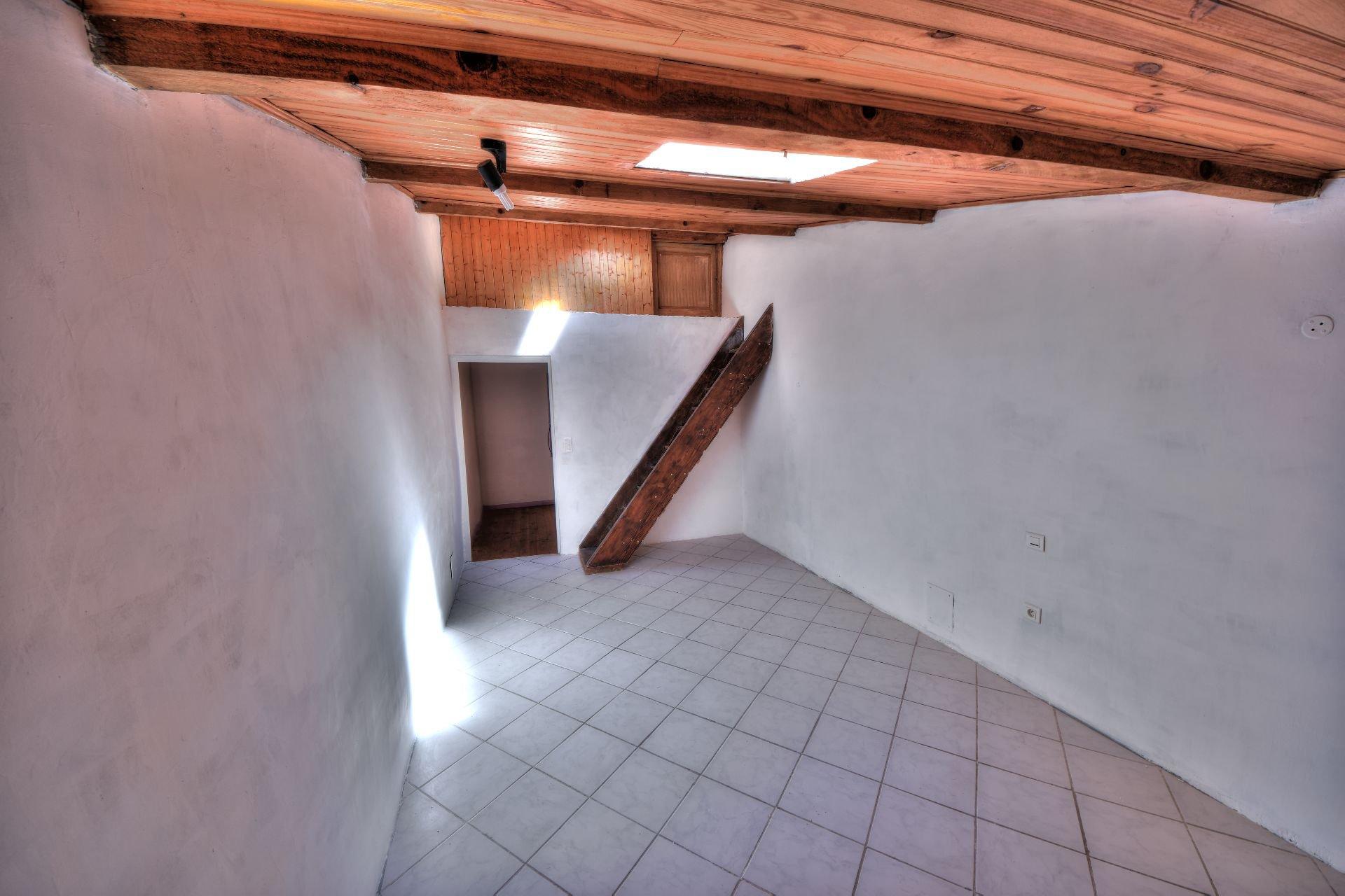 Salle 2ème étage de la maison de village Aups