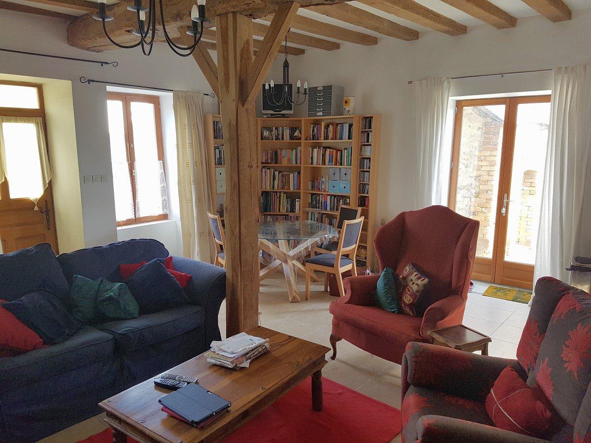 In het zuiden van de Brenne, Indre (36): dorpshuis met schuur