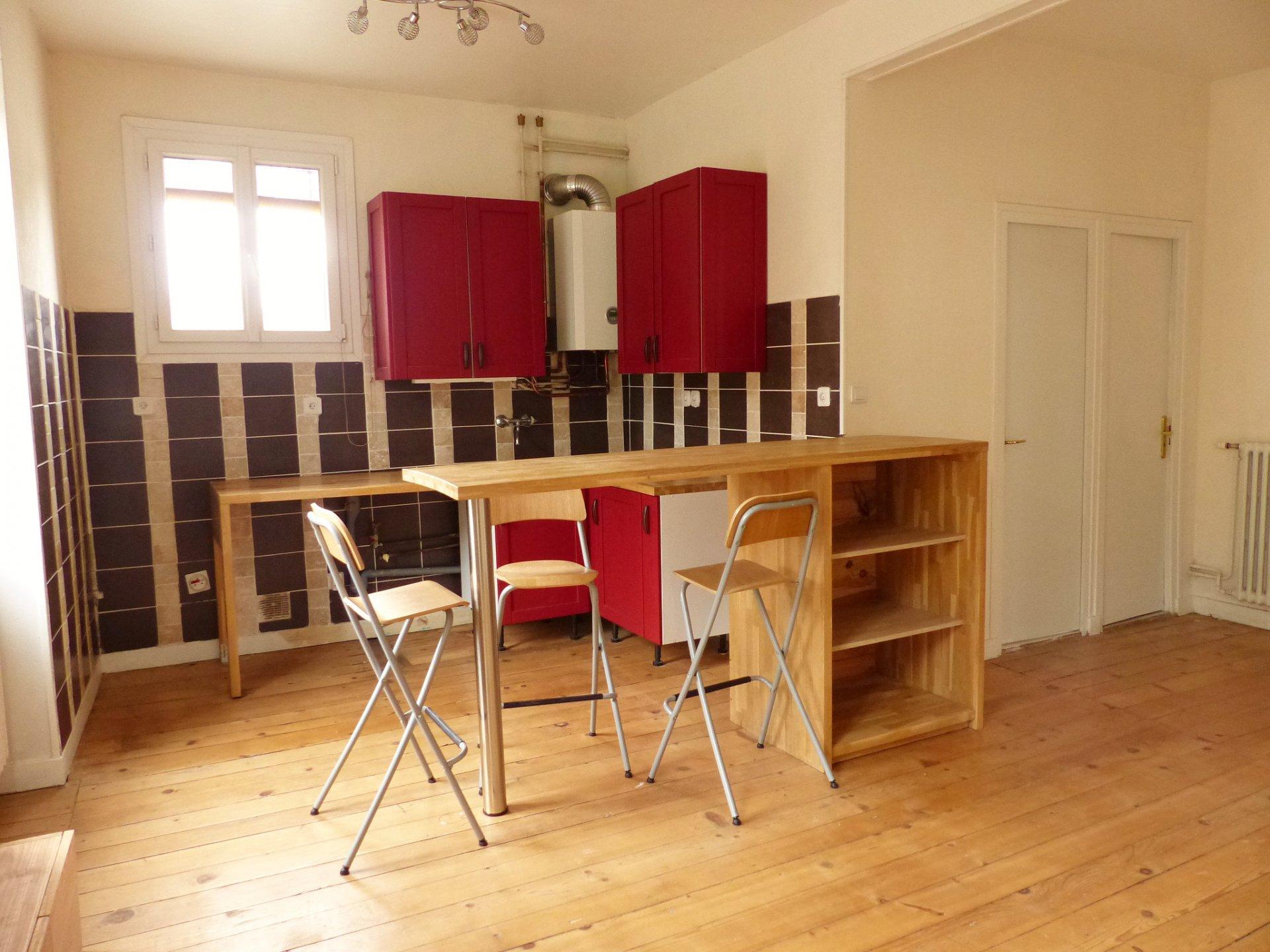 Cet appartement parfaitement agencé et sans perte de place, dispose d'un séjour ouvert sur une cuisine aménagée ainsi que de deux chambres de 15.4 m2 et 12.75 m2.  Un bar séparant la cuisine du salon a été créé par un ébéniste et les huisseries sont en double vitrage. Chaudière changée en 2016, salle d'eau rénovée, parquets d'origines préservés.  Cet appartement dispose d'une cave de 6 m2 et des stationnements gratuits se trouvent à proximité. Bien soumis au régime de la copropriété. 7 lots, faibles charges 22,50 euros/mois. Honoraires à charge du vendeur