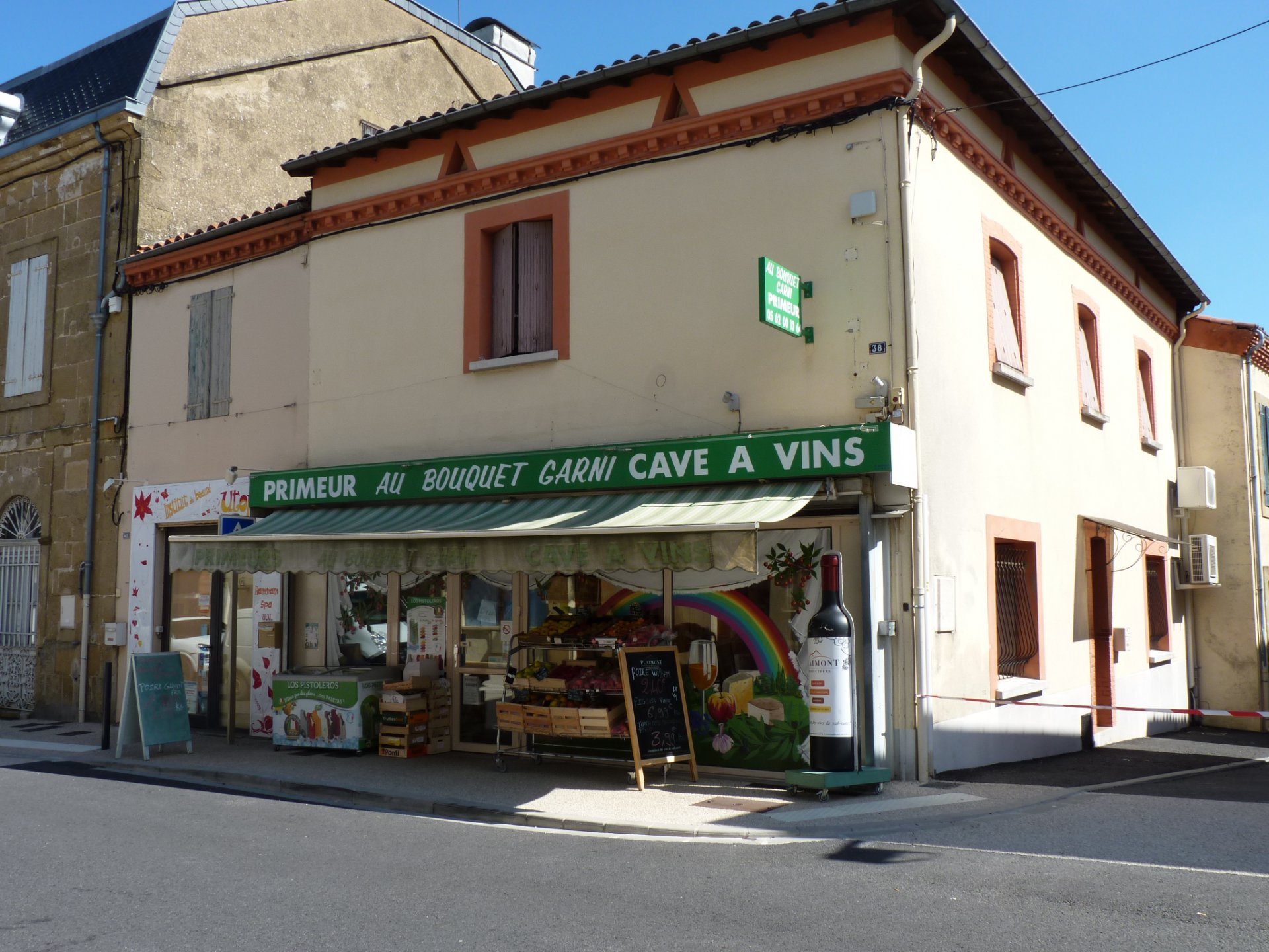 Bottle shop (Cave à Vin) with apartment