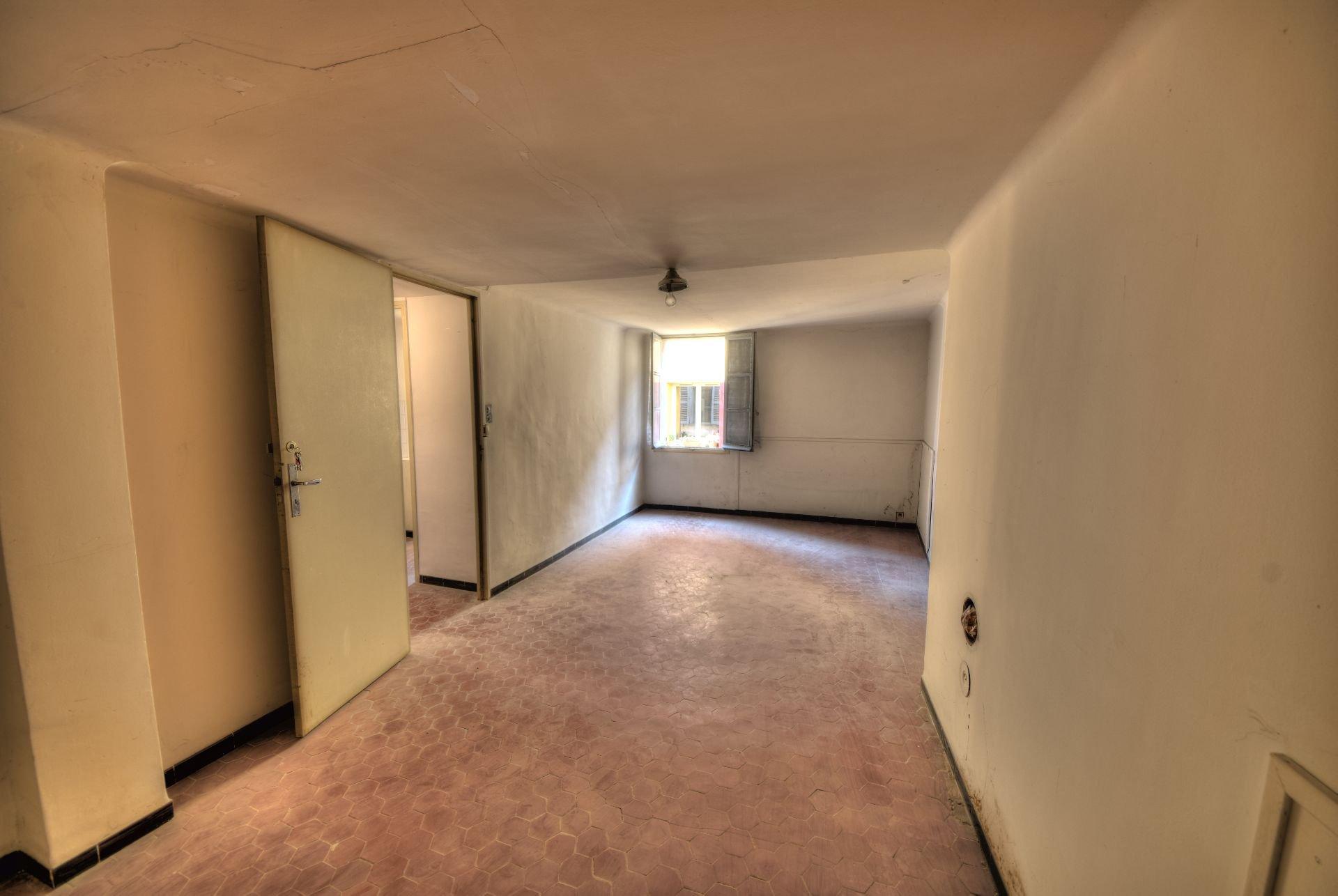 Séjour du petit appartement à rénover Aups
