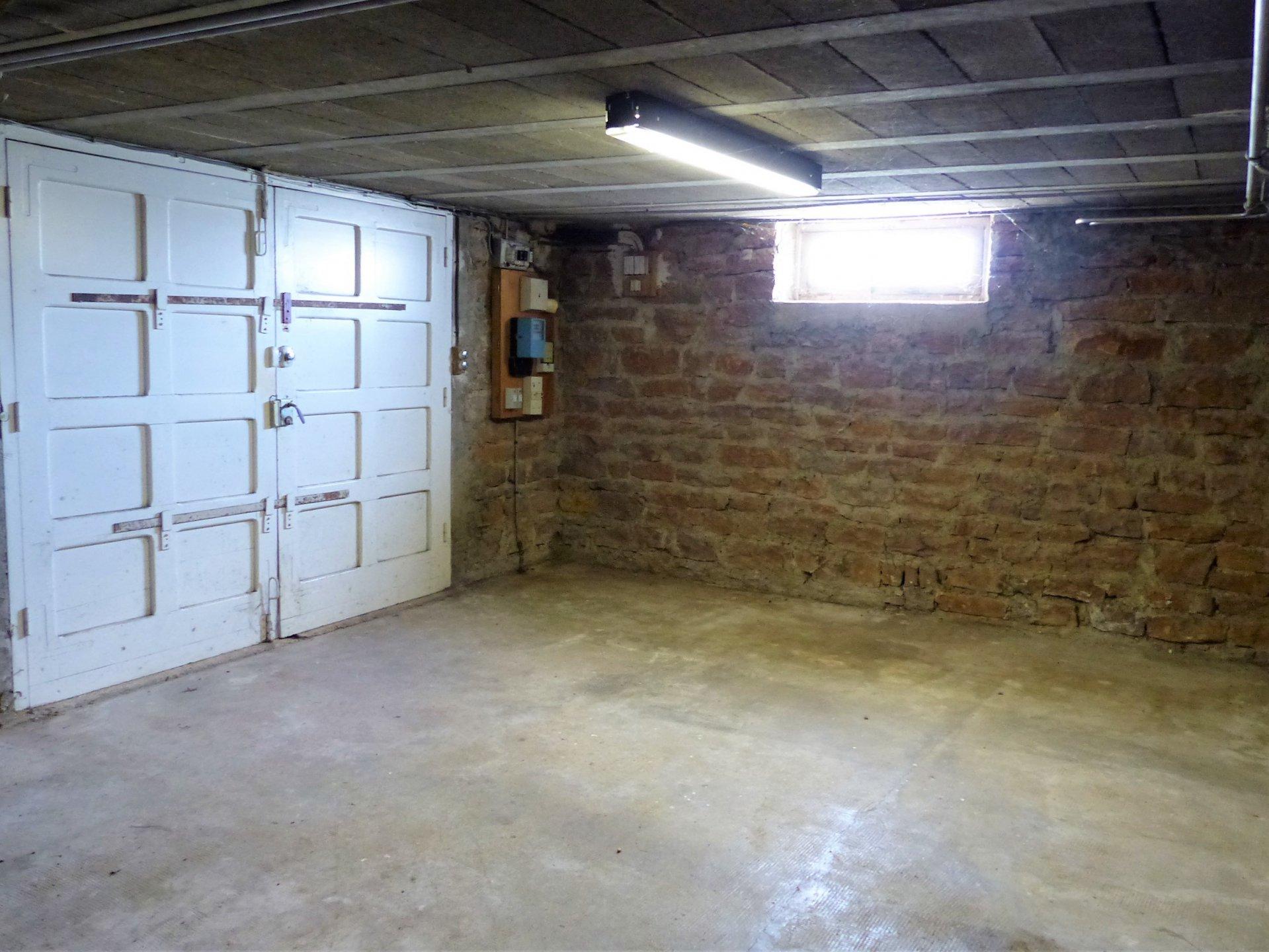 SOUS COMPROMIS DE VENTE A 10 mn à pied du centre de Flacé (Mâcon), proche de toutes les commodités ainsi que des écoles, tout en étant au calme et sans vis à vis, ancienne maison bourgeoise à rénover.    Elle se compose d'un sous-sol semi-enterré de 65 m² au rez de chaussée puis d'une cuisine, salon, deux chambres et salle d'eau au 1er étage et enfin de deux grandes chambres avec combles aménageables et salle de bain au second.  Très lumineuse, elle s'ouvre sur un beau terrain clôt de plus de 2100 m² constructible.  Travaux à prévoir mais très gros potentiel ! A visiter sans tarder ! Honoraires inclus à charge vendeurs.