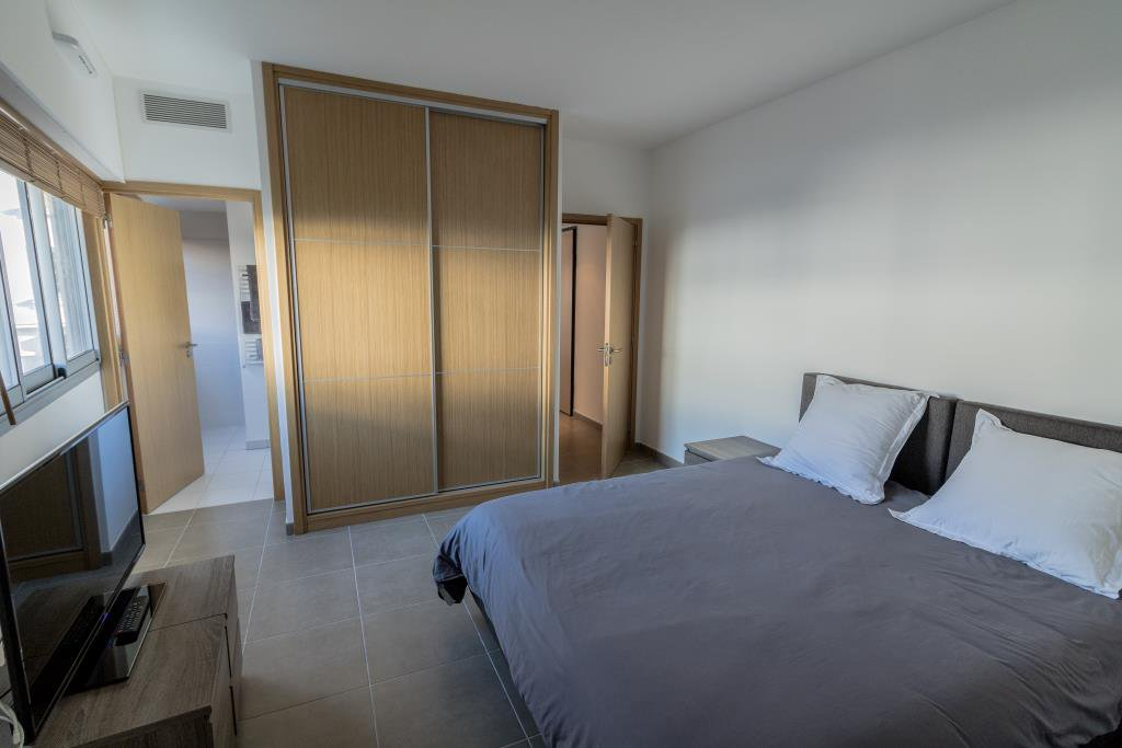 JUAN LES PINS, 1 bedroom flat with terrace and cellar