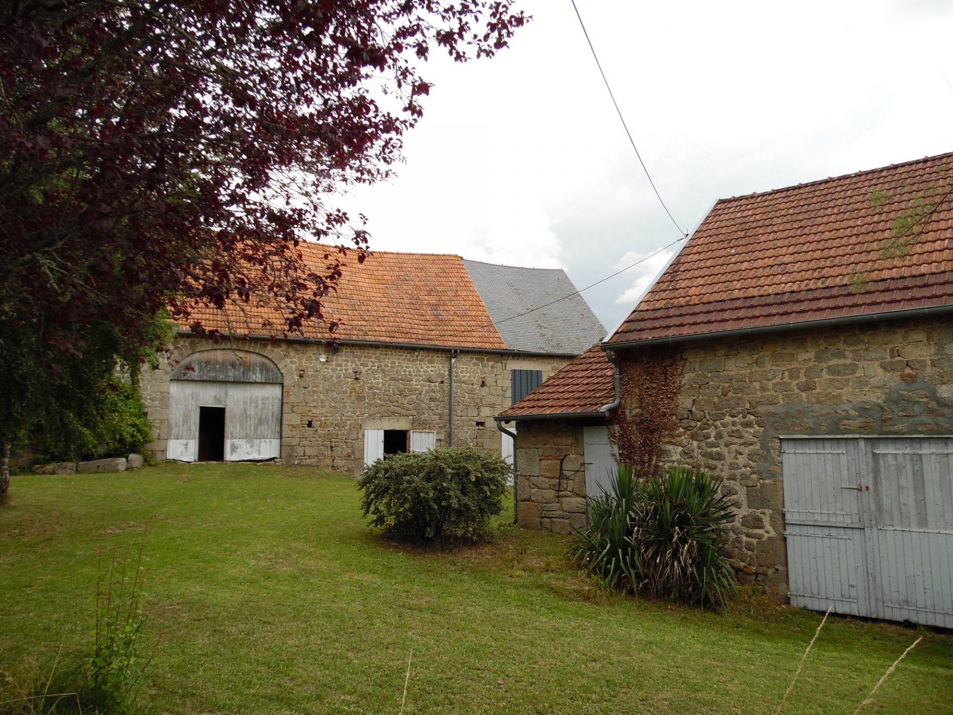 Zu verkaufen in Creuse, 2 schöne Scheunen mit Obstgarten und Brunnen