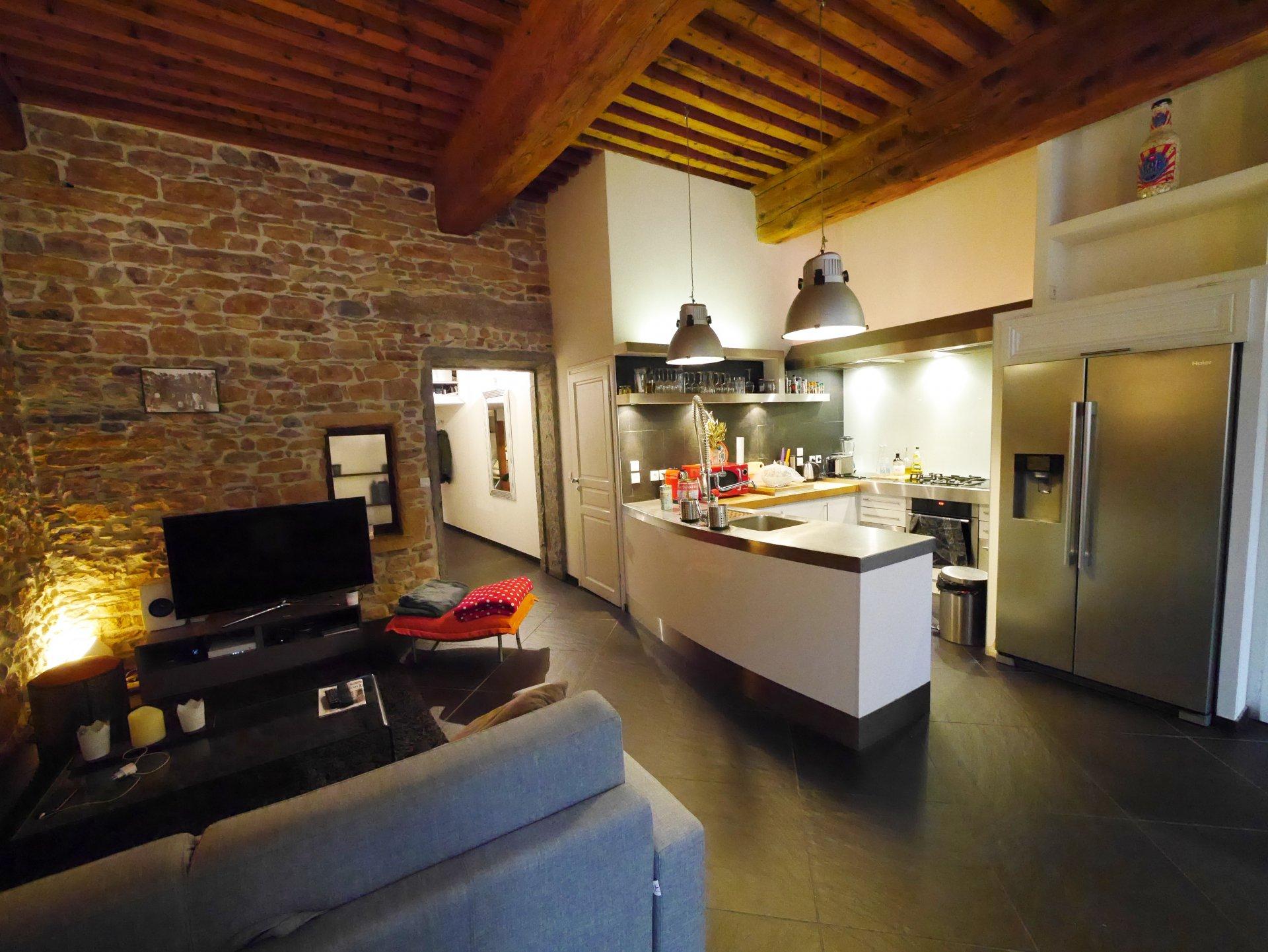 Acier inoxydable, mur en briques, îlot de cuisine