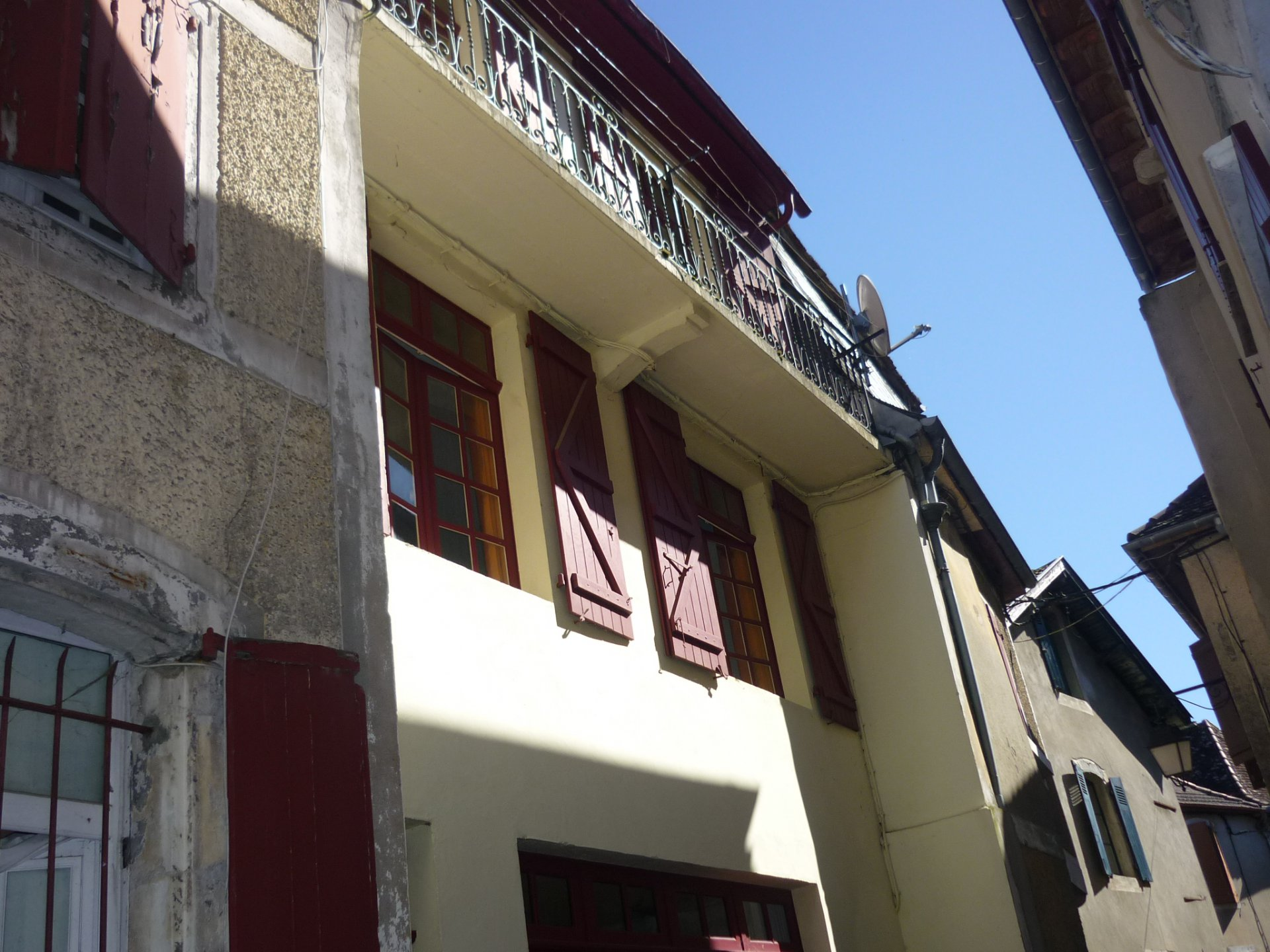 SALIES DE BEARN - Pretty two bedroom townhouse with garage and balcony.