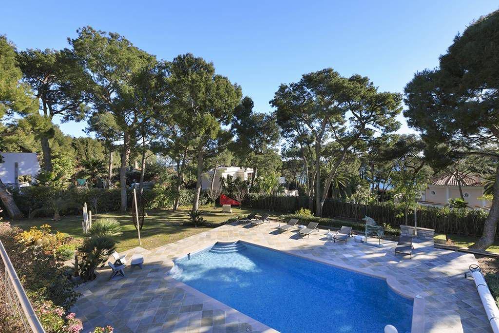 Modern villa of 360 sqm, 5 bedrooms, pool, flat land