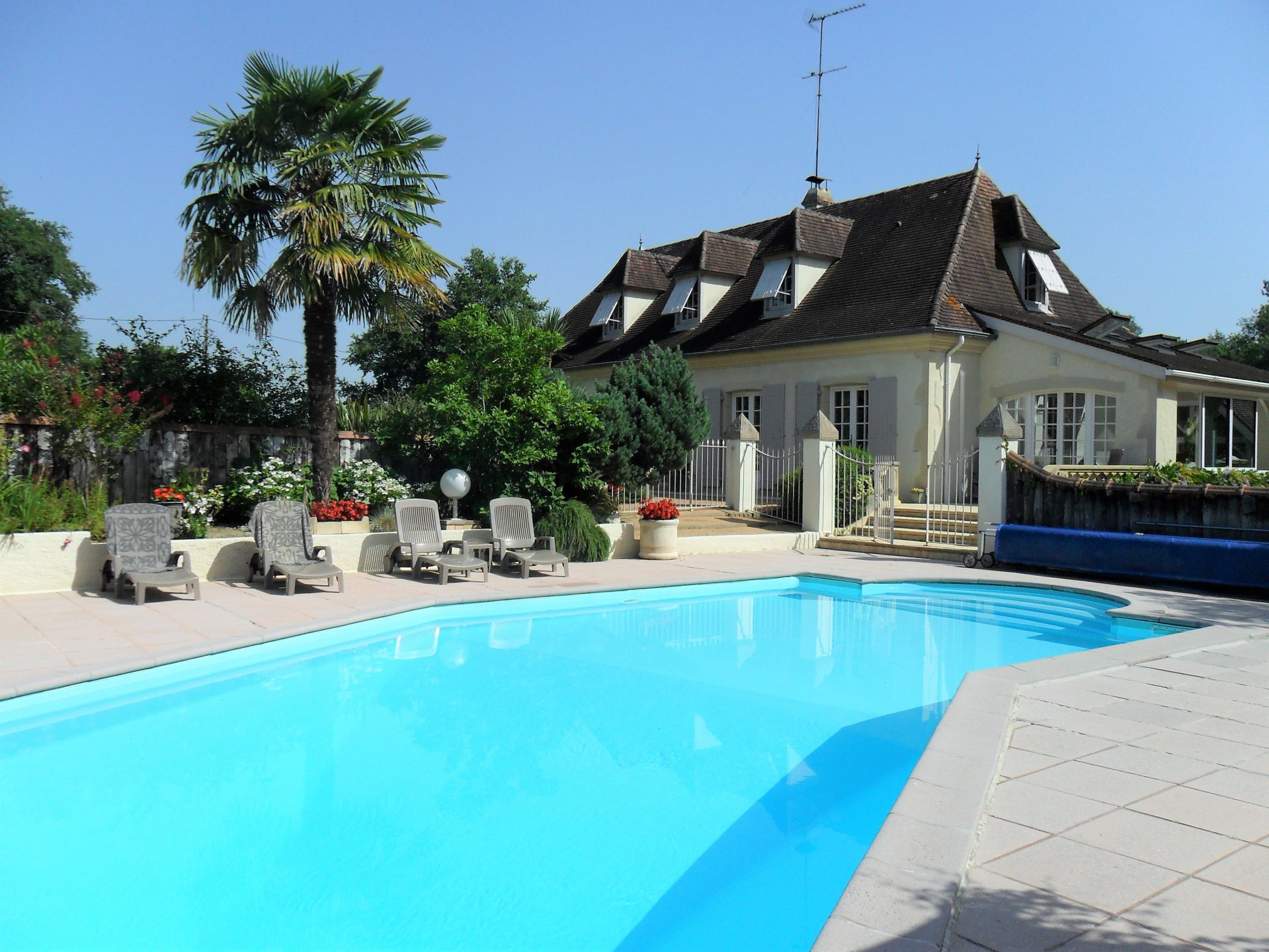 Near ORTHEZ - A beautiful neo-Béarnaise house with pool, set in a hectare of landscaped gardens bord