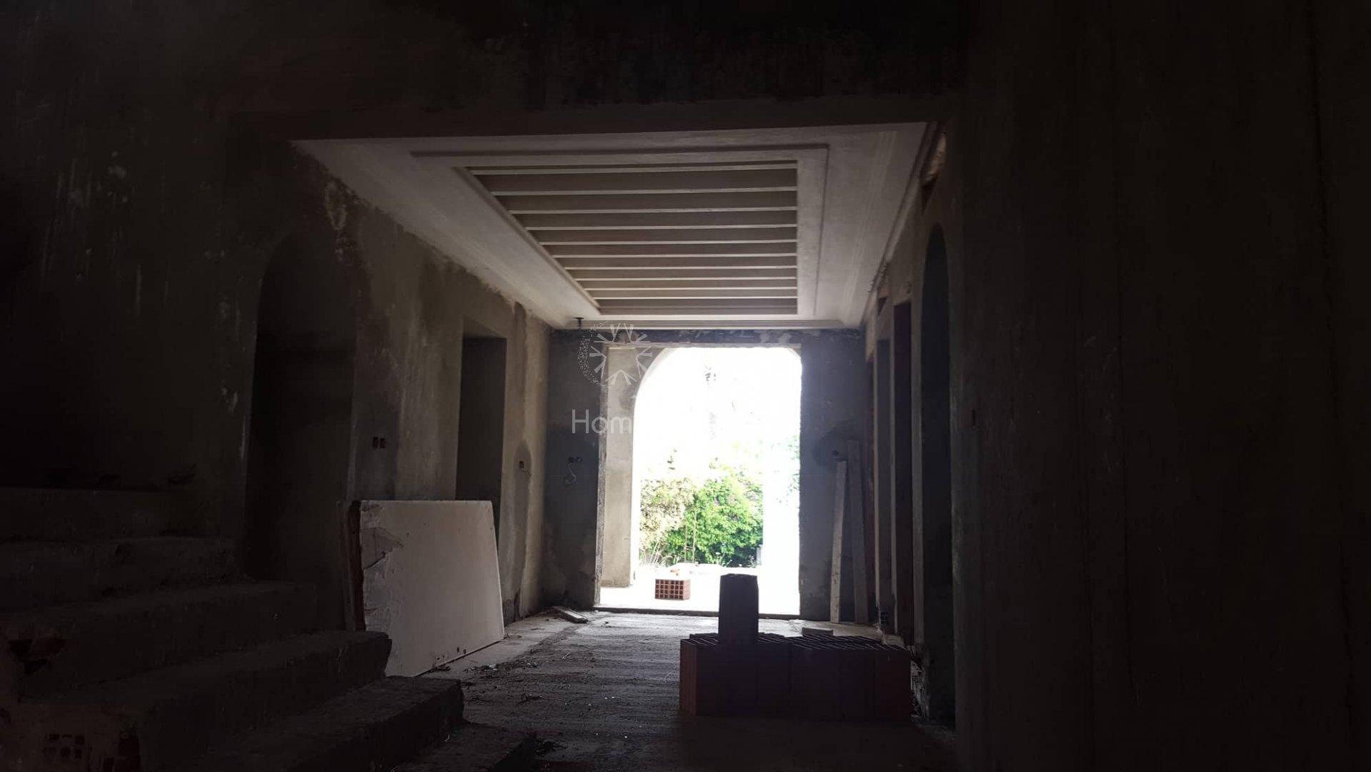 A vendre une superbe Villa non-achevée,  pieds dans l'eau à Skanes - Monastir.