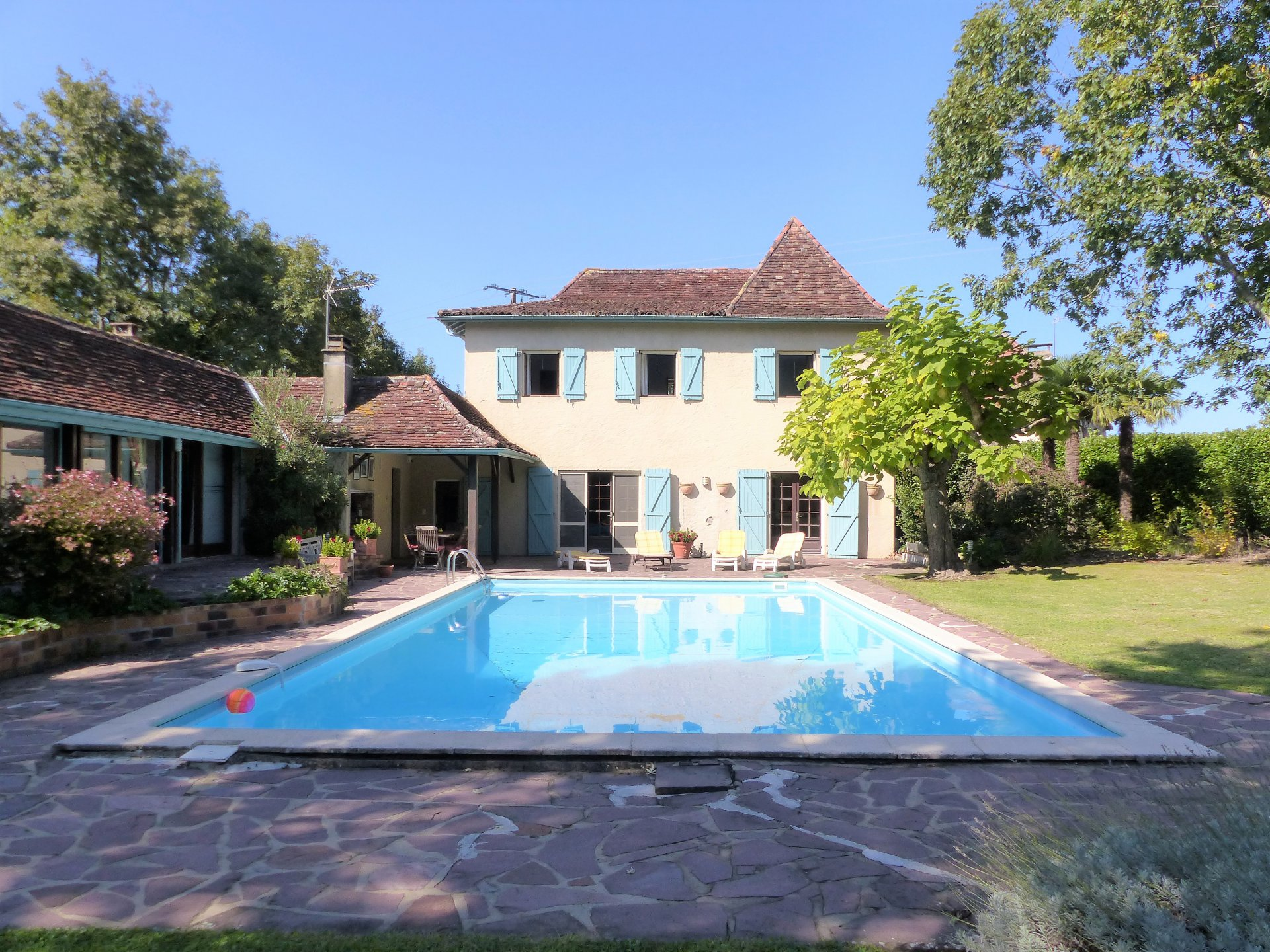 Near SAUVETERRE DE BEARN - A pretty Béarnaise stone property with independant apartment and swimming