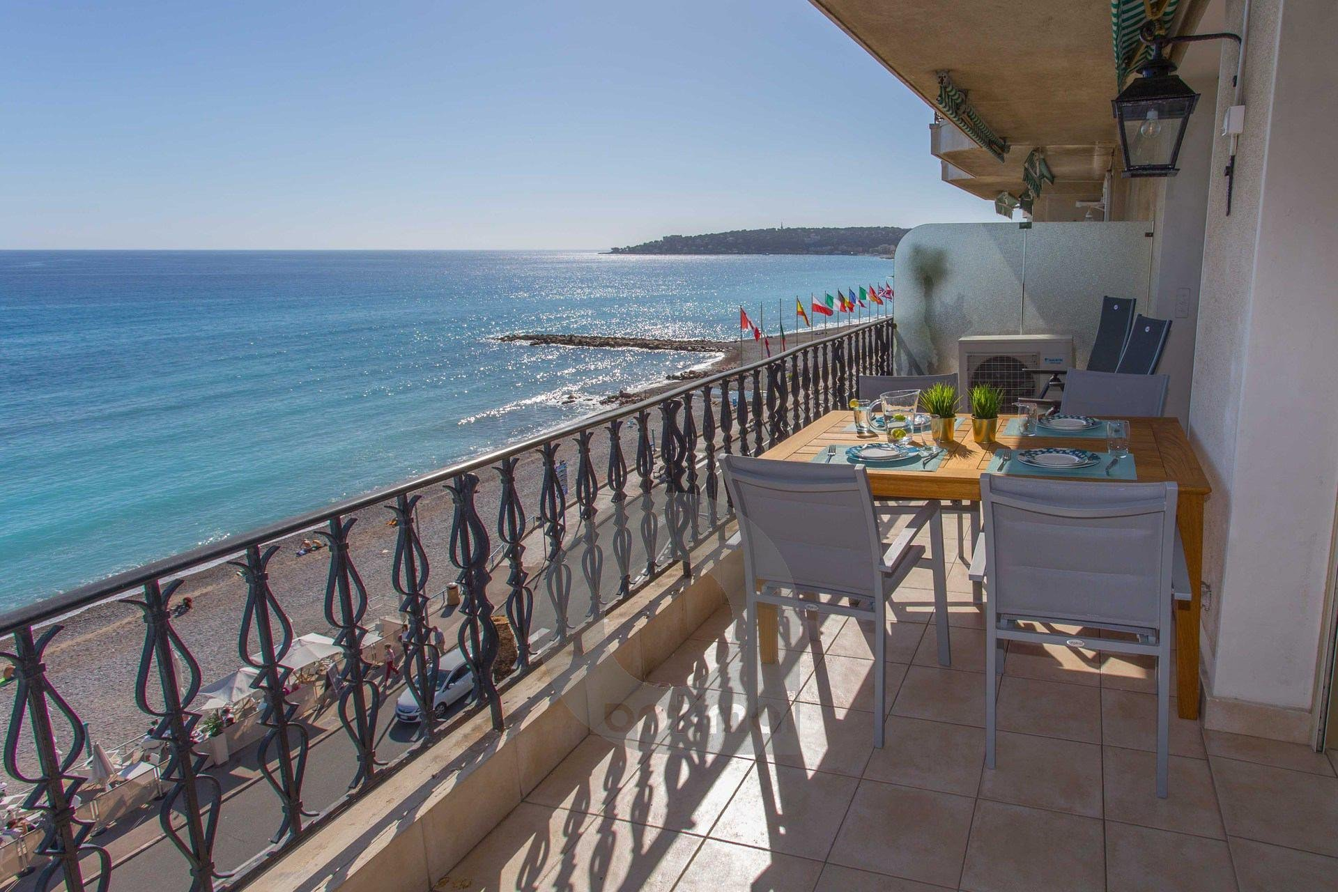 Magnificient 3 rooms facing sea in the center with terrace and parking