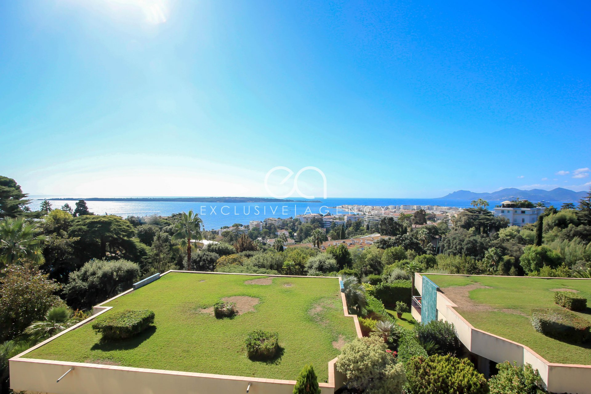 For sale Cannes Californie Apartment-Villa of 170sqm with terrace of 80sqm offering beautiful panoramic sea view.