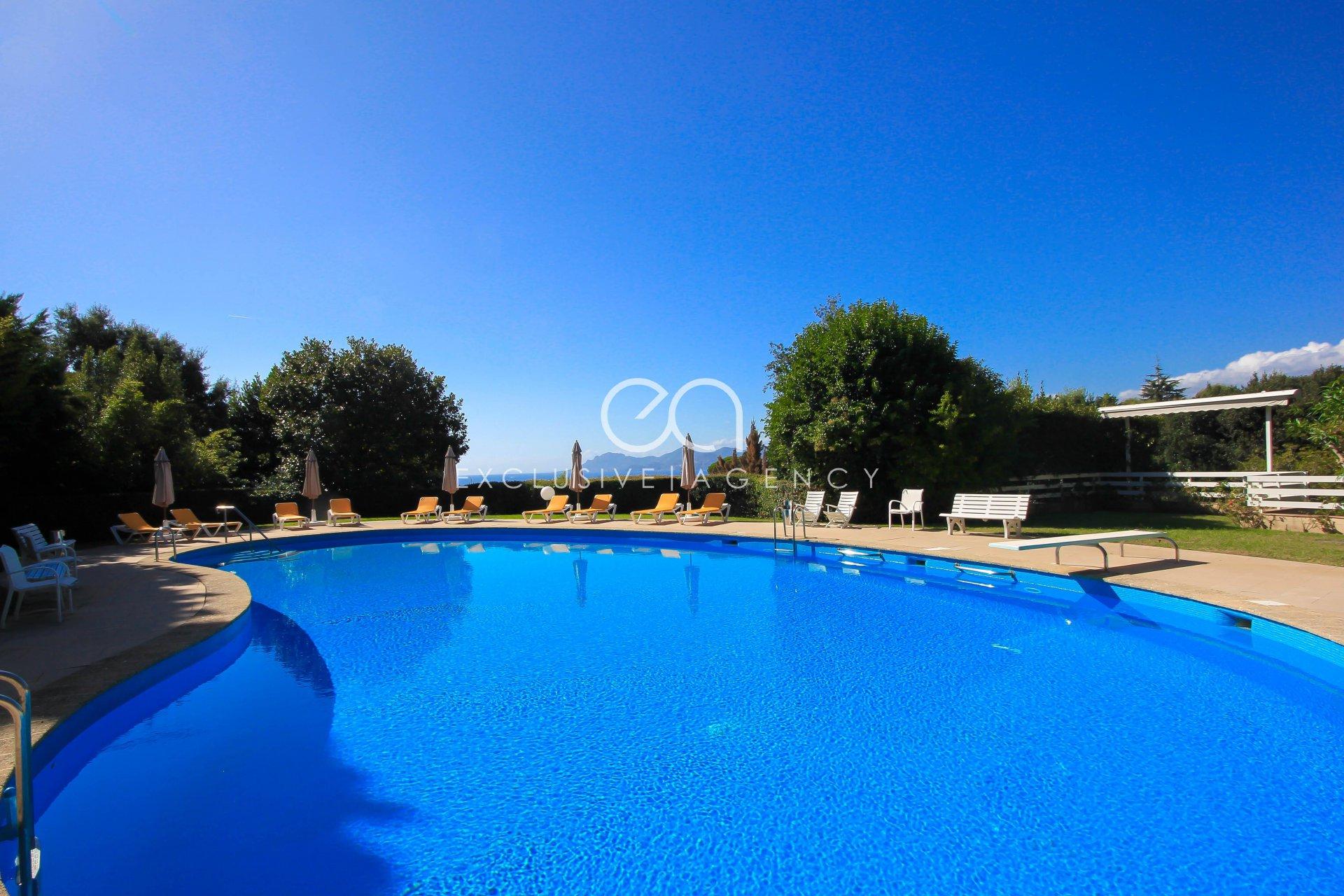 Канны Калифорни Квартира-вилла с 4 спальнями в закрытой резиденции с парком, бассейном и теннисом.