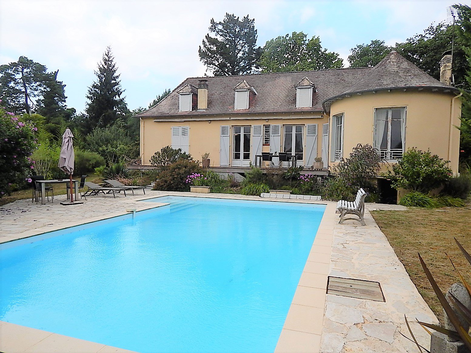 SALIES DE BEARN - Great house and gîte near centre of town, with garden and pool.
