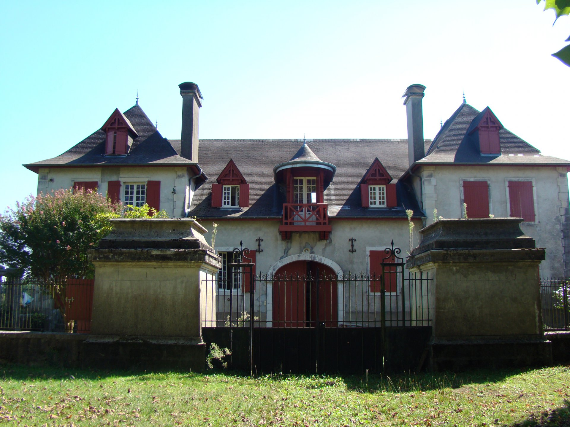 Near NAVARRENX - Imposing and elegant former coaching inn from the 19th century
