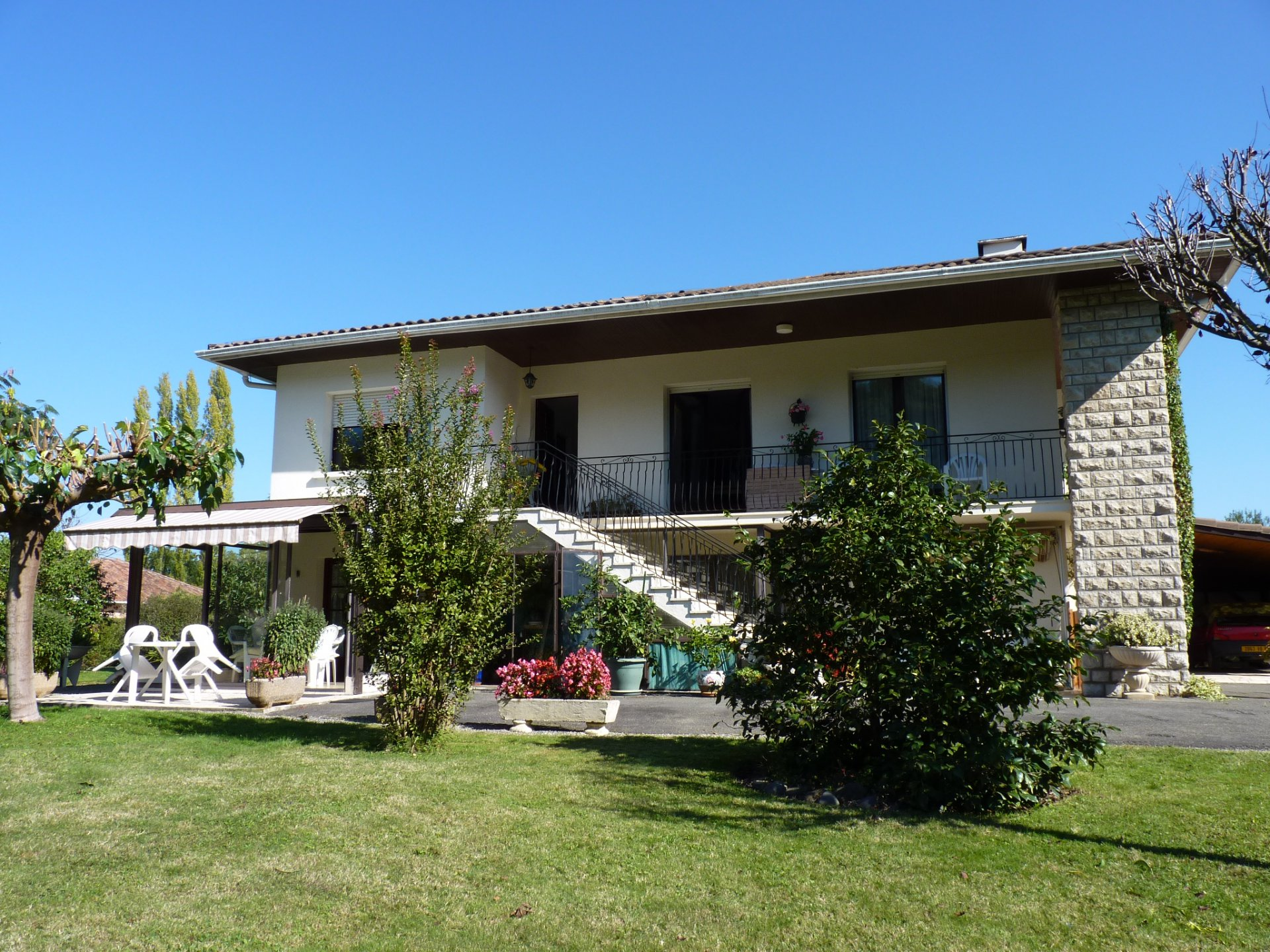 SALIES DE BEARN - Well maintained property with independent apartment and swimming pool within walki