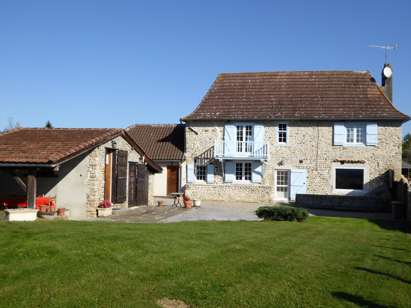 Near SAUVETERRE DE BEARN - A pretty stone Béarnaise rural property with independent studio and mount