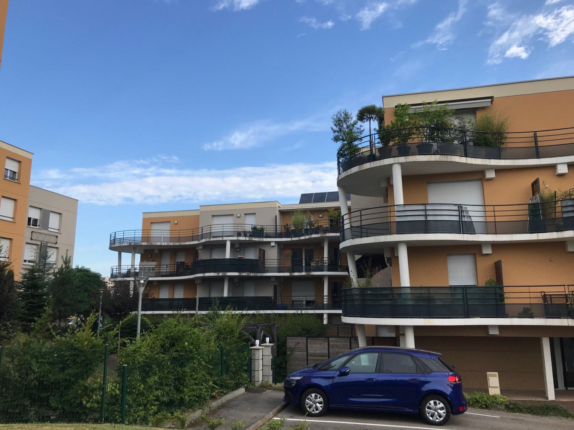 SAINT-PRIEST-EN-JAREZ - Résidence récente appartement T3 avec balcon et garage