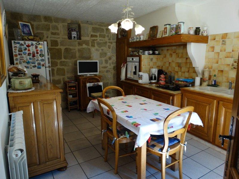 Charmante maison de village en très bon état avec cour intérieur. Prix en baisse!