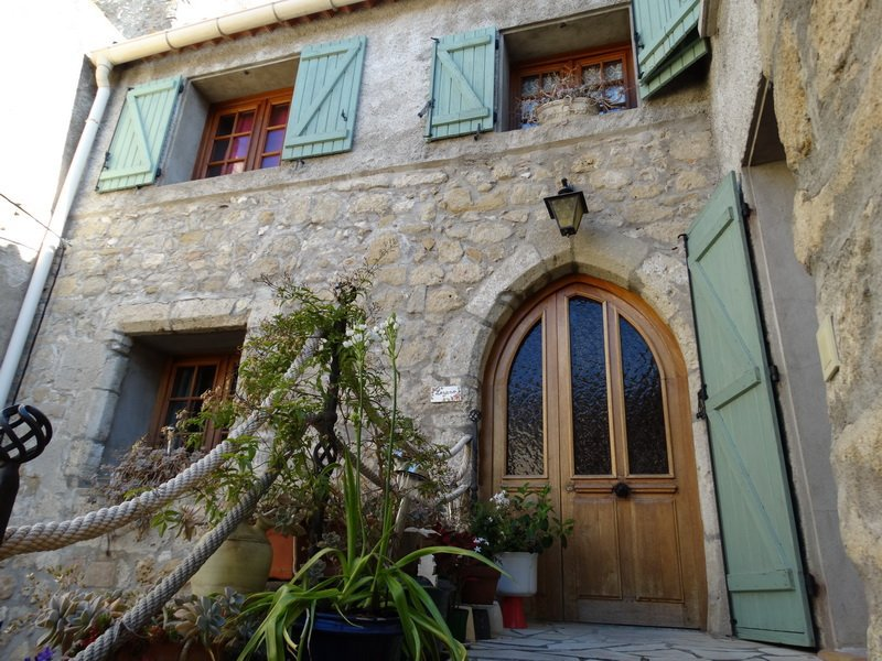 Charming village house in very good condition with courtyard.