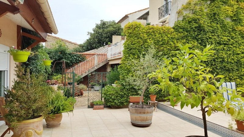 Townhouse with garden and pool in an authentic village!