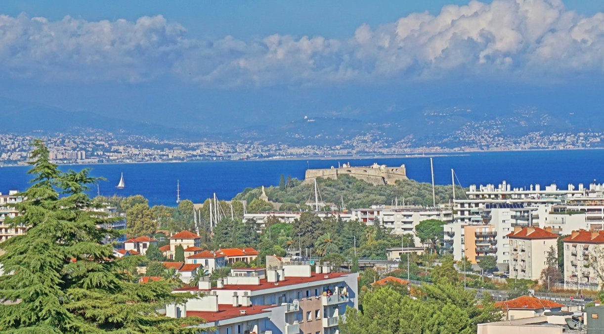 House with stunning views of Antibes