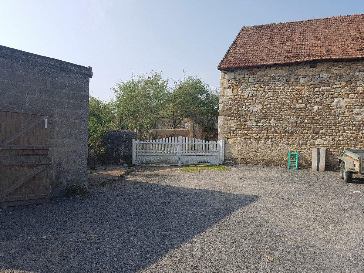 Gelijkvloers huis met bijgebouwen en land