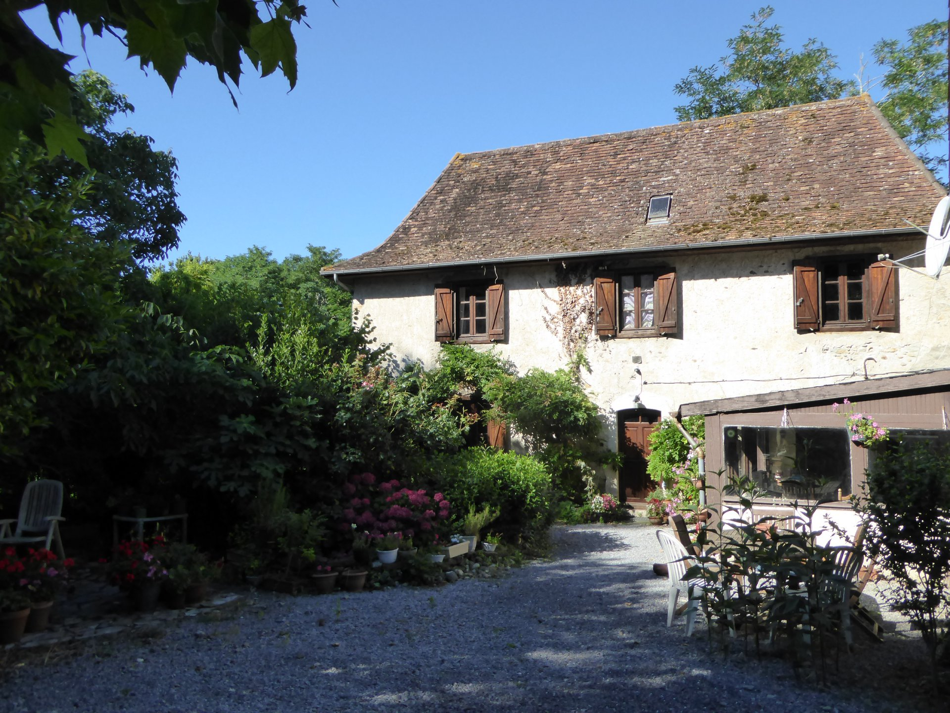 Near SALIES DE BEARN - Classic Béarnaise country cottage with large, semi converted dependency and 4