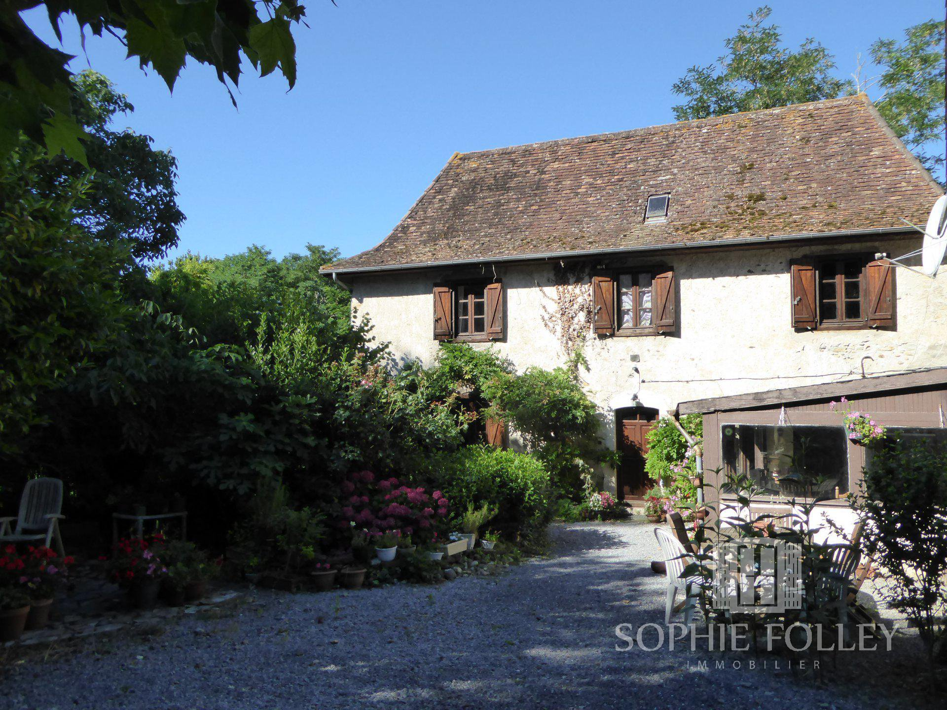 Béarnaise country cottage with large dependency and 4015m² of land.
