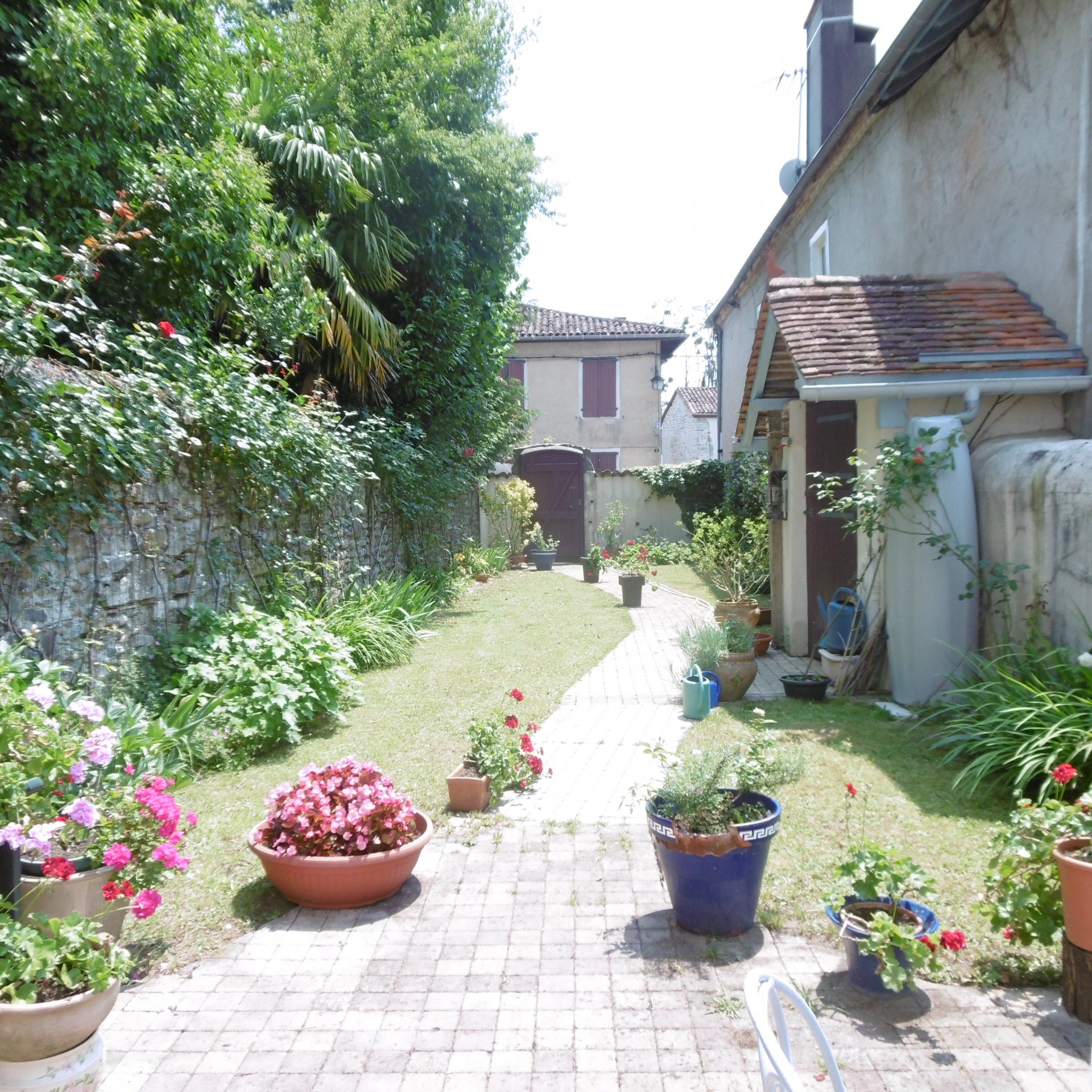 SAUVETERRE DE BEARN - Lovely large 18th century town house with garden, courtyard and outside parkin