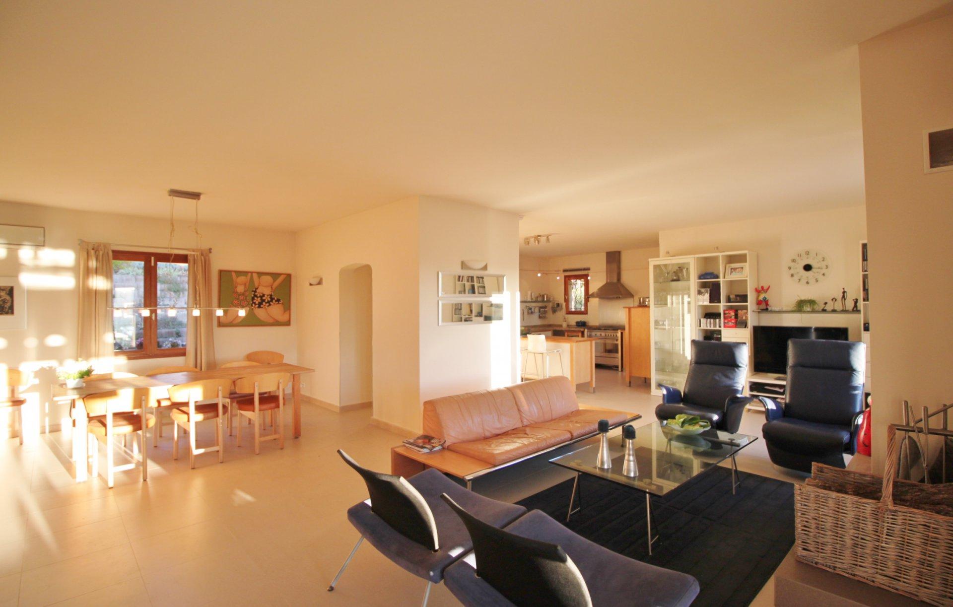 Open ruimte met keuken, eetkamer en salon