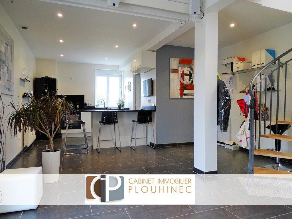 A pied des commodités de Charnay les Mâcon, tout en étant au calme, appartement  entièrement restauré en 2013 (sous garantie décennale), d'une surface de 75 m².  Il dispose, au rez de chaussée, d'un beau séjour traversant avec une cuisine entièrement équipée, d'une buanderie et d'un wc, puis à l'étage, d'un grand dégagement servant d'espace bureau, de deux chambres et d'une belle salle de bain.  Une jolie terrasse donnant sur le séjour, une place de parking et un garage individuel s'ajoutent aux atouts que possèdent déjà ce bel appartement.   Très belle rénovation dans un esprit contemporain tout en gardant le charme de l'ancien, aucun travaux à prévoir ! Coup de c?ur assuré ! Honoraires à charge vendeurs.