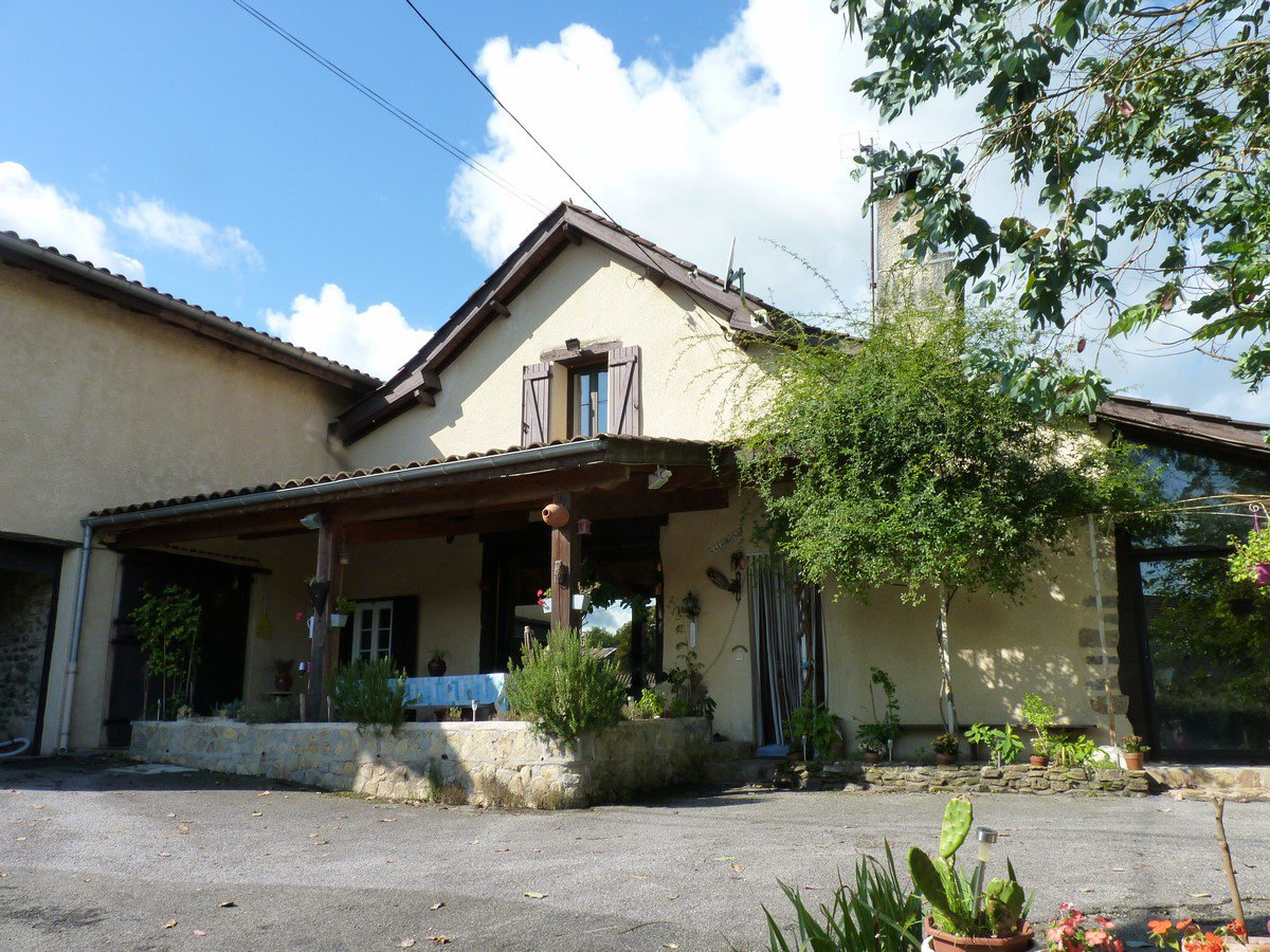 Near SALIES DE BEARN - Village house with pool and independent two-bedroom apartment.