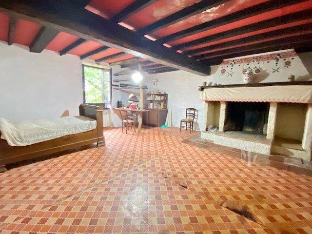 15 mn Villefranche, farmhouse with outbuildings on 3800 m2 with trees