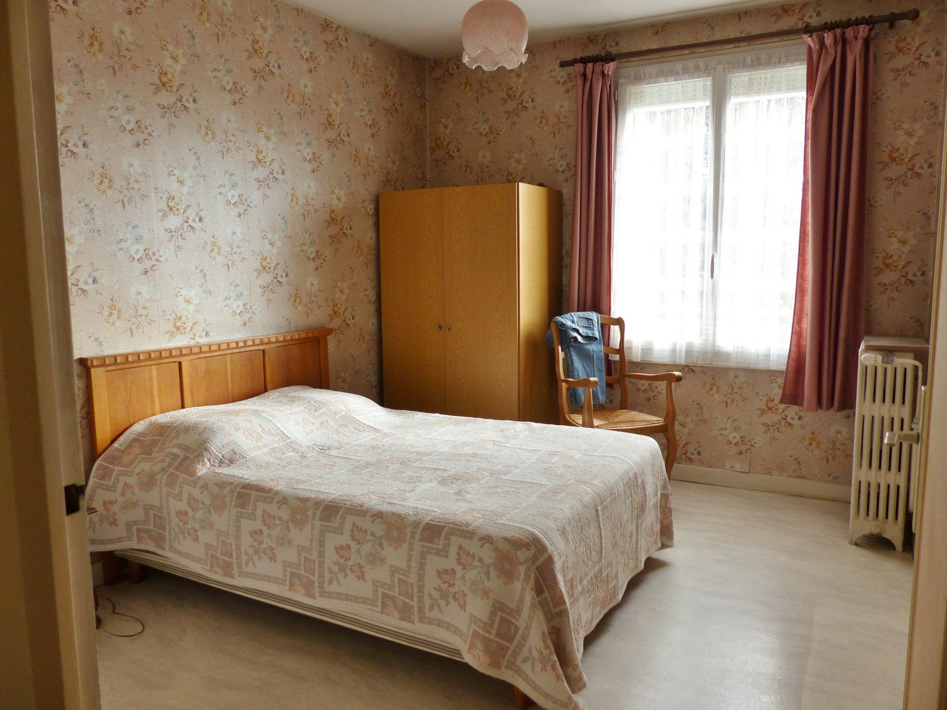 SOUS COMPROMIS DE VENTE : Située dans un quartier résidentielle de Mâcon, cette maison offre de belles possibilités. L'étage se compose d'une cuisine indépendante, d'un séjour avec cheminée et donnant accès sur une terrasse, d'un dégagement desservant la salle de douche puis 3 belles chambres. De plain pied vous profiterez d'une chambre supplémentaire, d'un grand garage ainsi que d'une buanderie, d'une zone de rangement et d'une petite cave. Chauffage au gaz, double vitrage PVC avec volets roulants électriques.