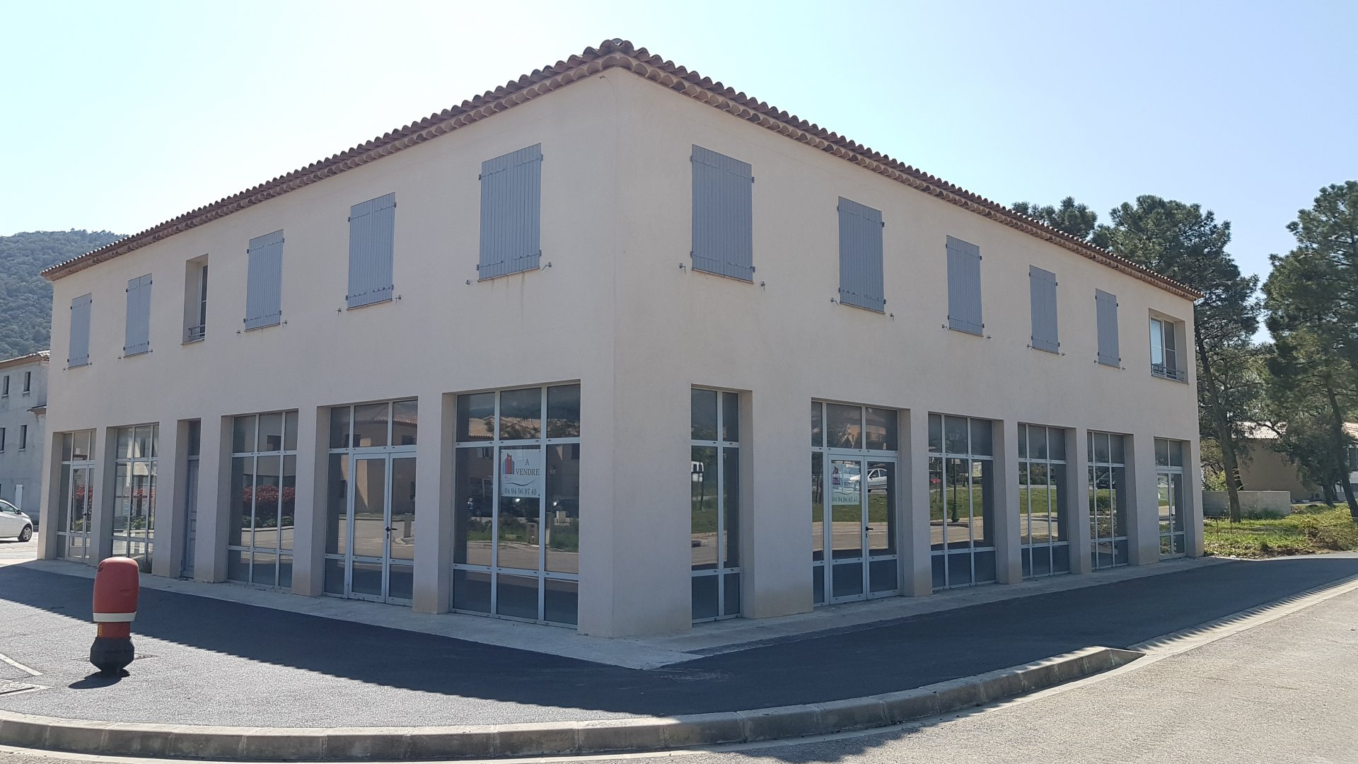 Commercial building in La Mole