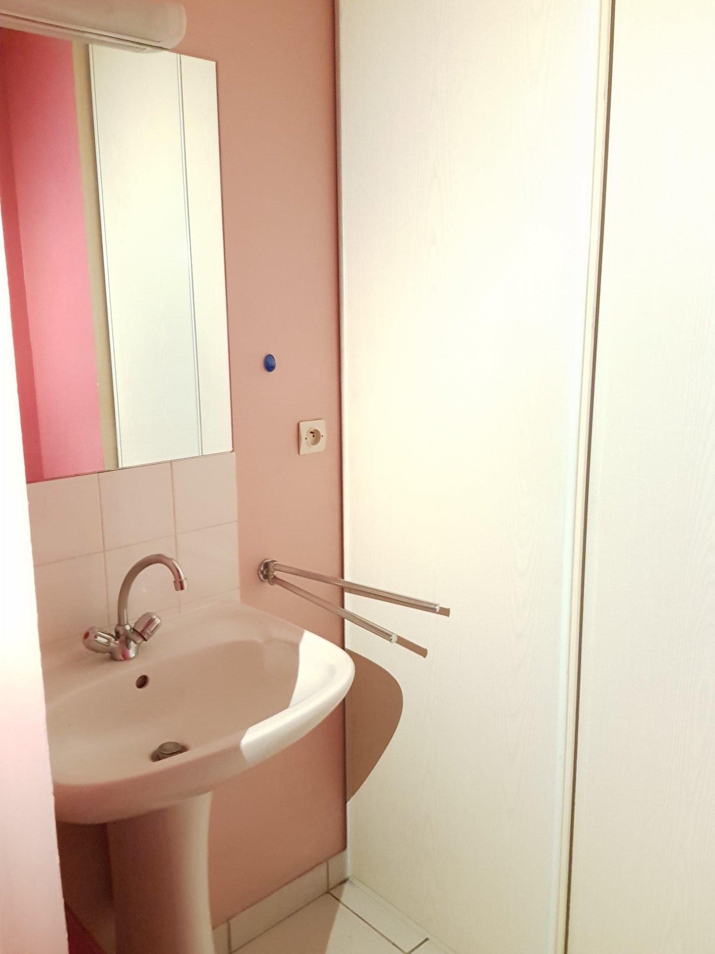 Rental Apartment   Perpignan. Bedroom. Bathroom. Bathroom, Tile. Bathroom