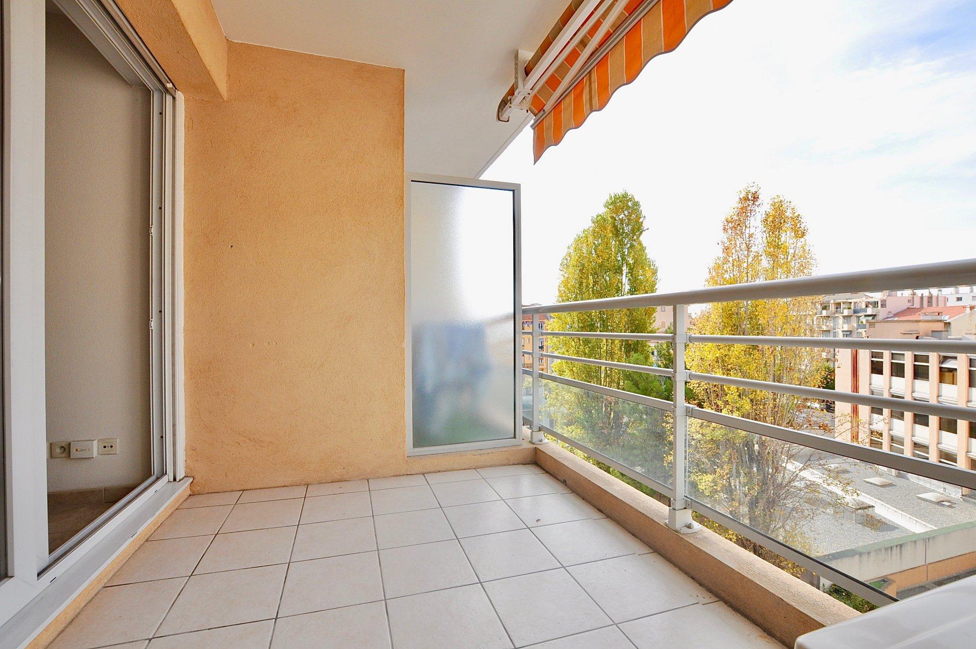 nice riquier 2 pieces balcon parking. Black Bedroom Furniture Sets. Home Design Ideas