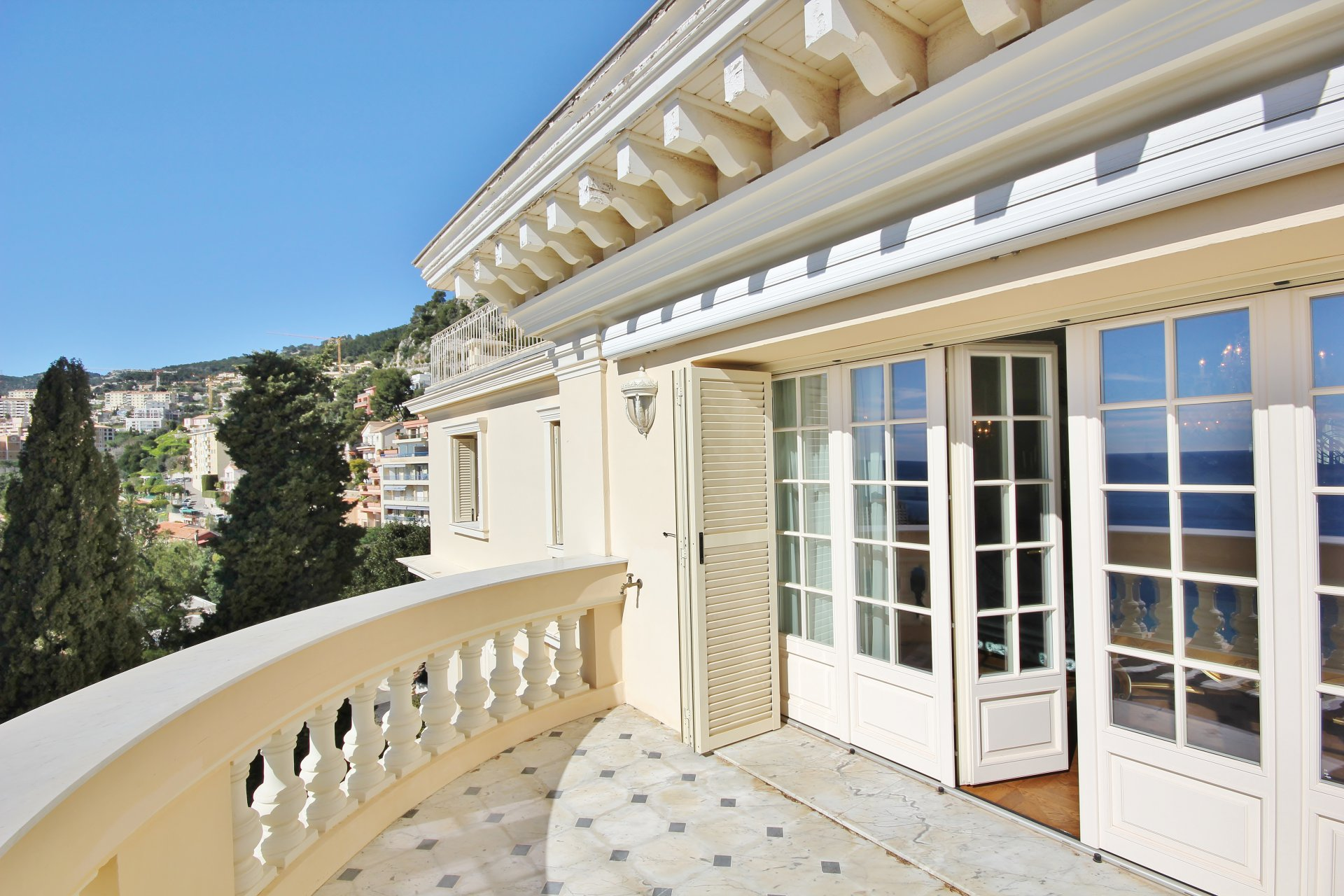 Close to Monaco - Superb penthouse overlooking the sea